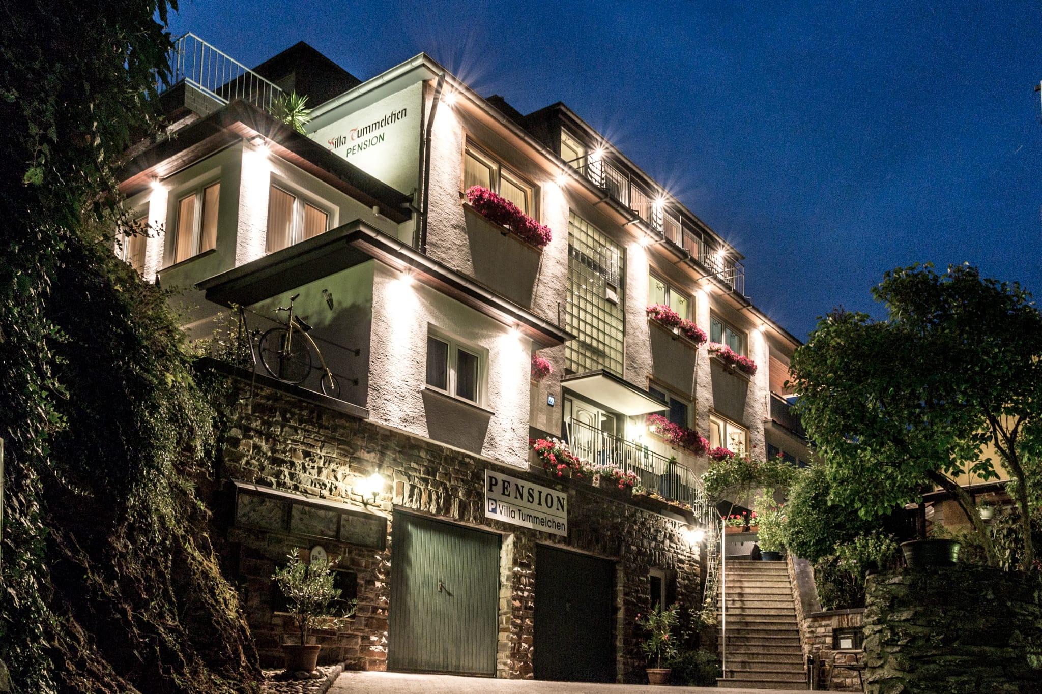 Hotel Pension Villa Tummelchen in einer lauen Sommernacht im Cochemer Moseltal